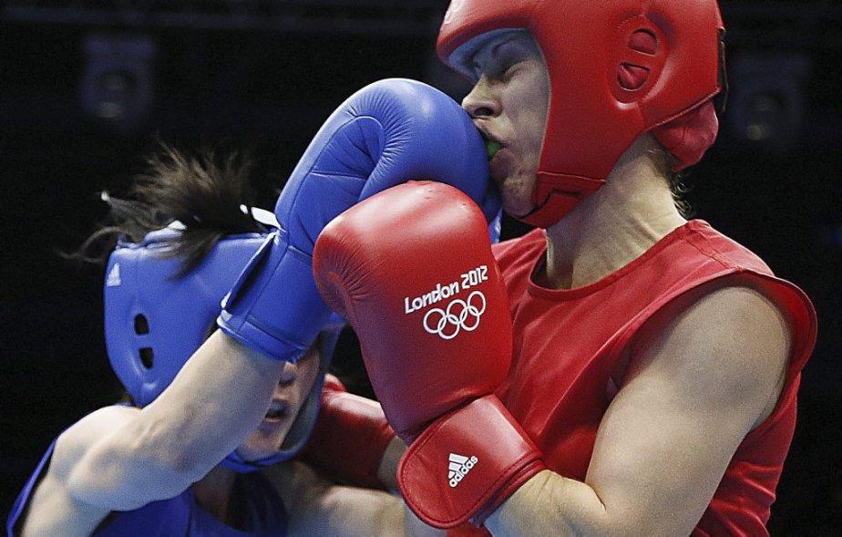 La Russe Elena Savelyeva (à droite) est entrée dans l'histoire en remportant le premier combat de boxe féminine des Jeux olympiques. | 5 août 2012