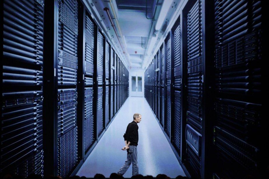 L'ancien président d'Apple Steve Jobs qui montre une... (PHOTO MARCIO JOSE SANCHEZ, AP)