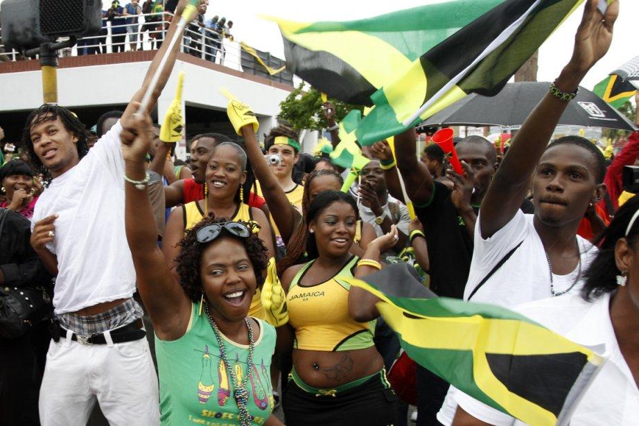 Des Jamaïcains ont célébré la victoire d'Usain Bolt... (PHOTO GILBERT BELLAMY, REUTERS)