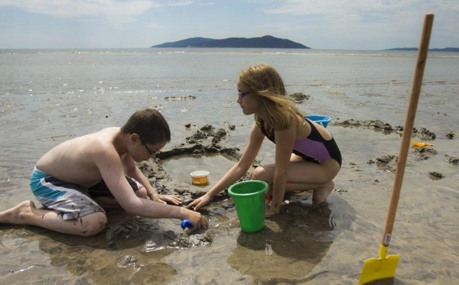 Enfants jouant sur le plage de Sept-Îles. | 6 août 2012