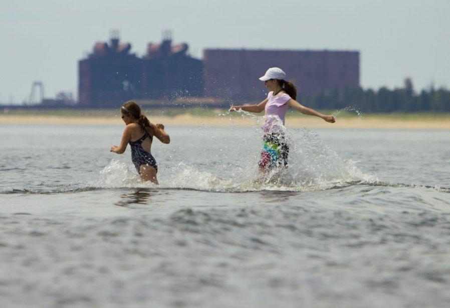 Enfants courant dans les eaux de Sept-Îles. | 6 août 2012