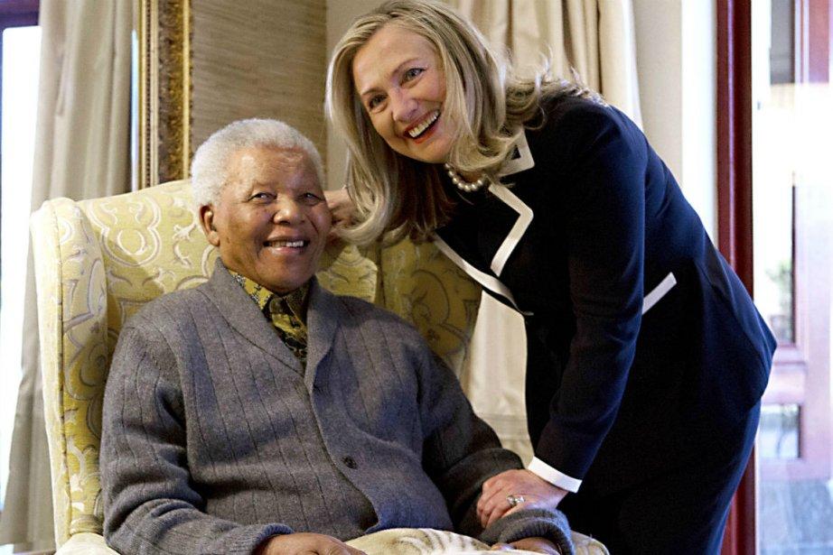 Nelson Mandela et Hillary Clinton... (Photo Jacquelyn Martin, Agence France-Presse)