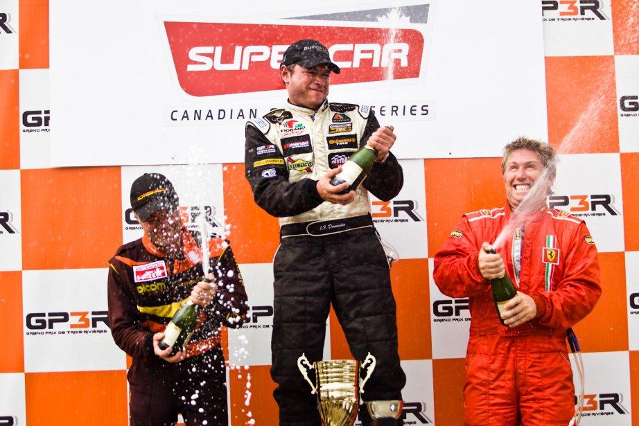 Jean-François Dumoulin sur la première marche du podium en Canadian Super Car | 6 août 2012