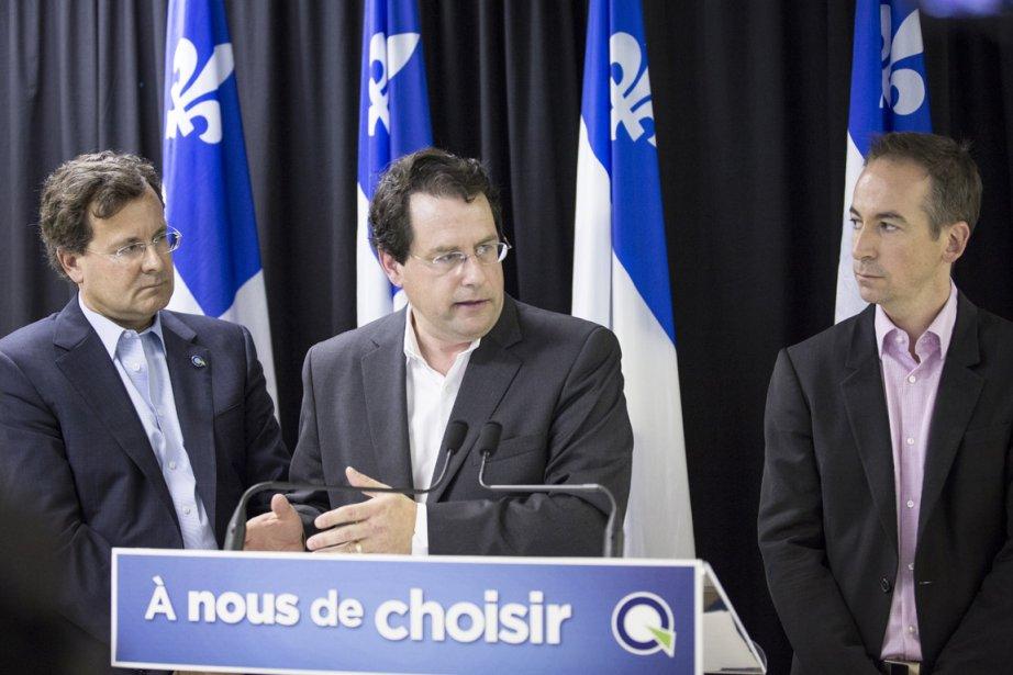 Aux côtés des candidats Nicolas Girard et Bertrand... (Photo Olivier Pontbriand, La Presse)