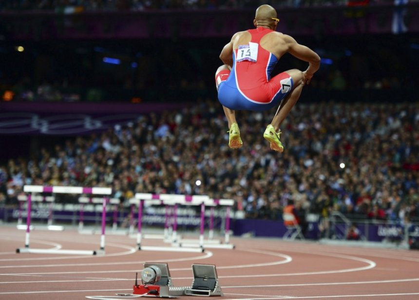 Felix Sanchez, de la République dominicaine, bondit avant de prendre le départ de la finale du 400 mètres haies. Sanchez a raflé l'or avec un chrono de 47,63 secondes, le meilleur temps de la saison. | 6 août 2012