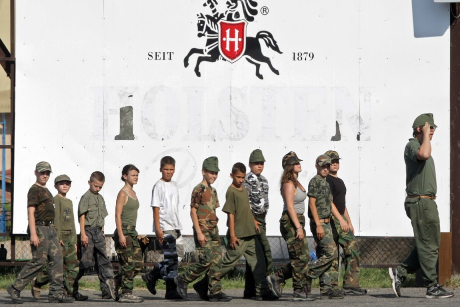 Des enfants hongrois participent à un camp militaire... (Photo AFP)