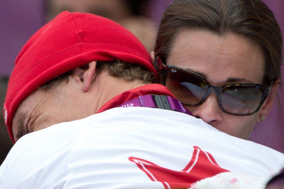Le triathlète Simon Whitfield a fondu en larmes dans les bras de son épouse après qu'une chute en vélo l'eut contraint à l'abandon. | 7 août 2012