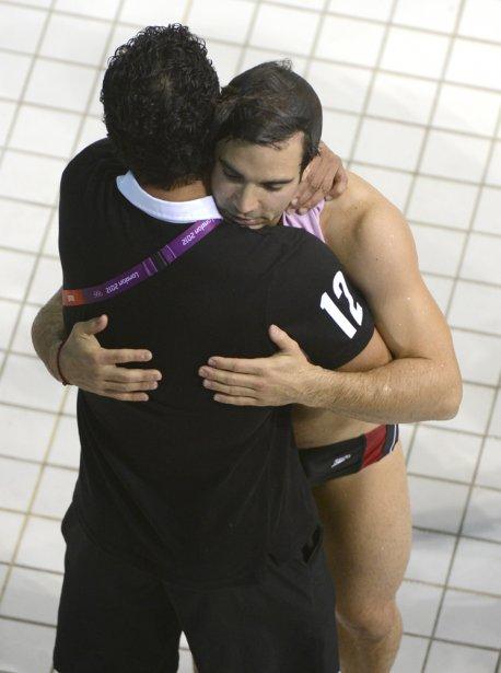 Alexandre Despatie reçoit l'accolade de son entraîneur Arturo Miranda après... | 2012-08-07 00:00:00.000