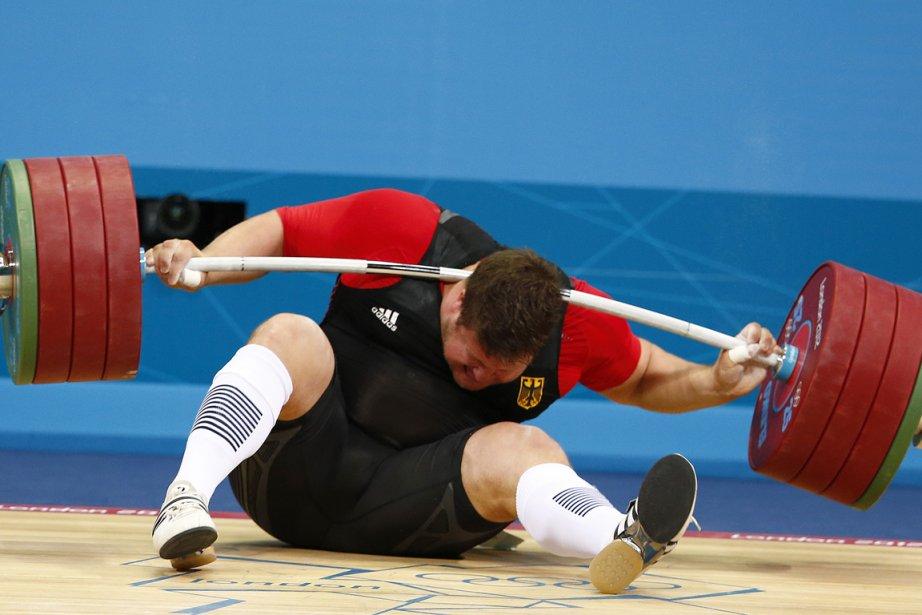 L'haltérophile allemand Matthias Steiner a perdu l'équilibre en... (Photo: Reuters)