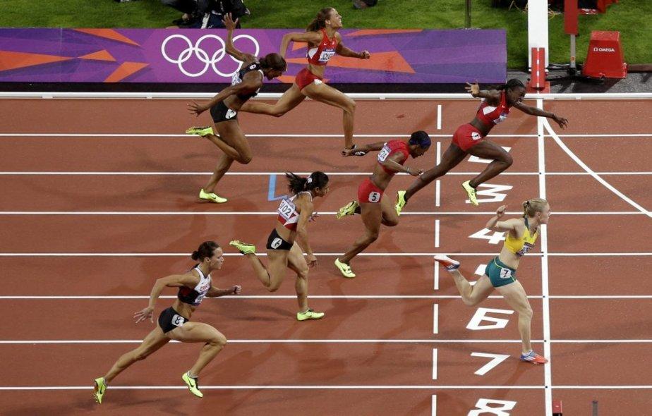 l'Australienne Sally Pearson (en jaune) a remporté la finale du 100 mètres haies en devançant l'Américaine Dawn Harper (en rouge) par seulement deux centièmes de seconde. | 7 août 2012