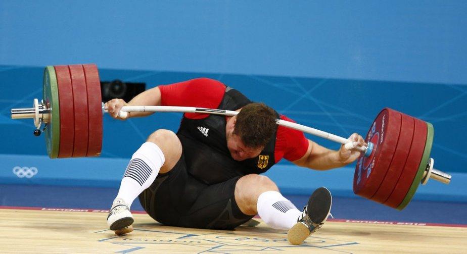 L'haltérophile allemand Matthias Steiner, médaillé d'or des Jeux de Pékin en 2008, s'est blessé quand la barre de l'haltère qu'il tentait de soulever l'a heurté au cou. | 7 août 2012