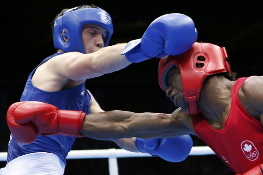 Le boxeur canadien Custio Clayton (à droite) s'est... (Photo: Reuters)