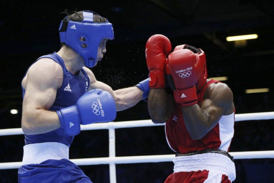 Le dernier espoir canadien de médaille en boxe, Custio Clayton (à droite), s'est incliné devant le Britannique Freddie Evans en quarts de finale chez les mi-moyens. | 7 août 2012