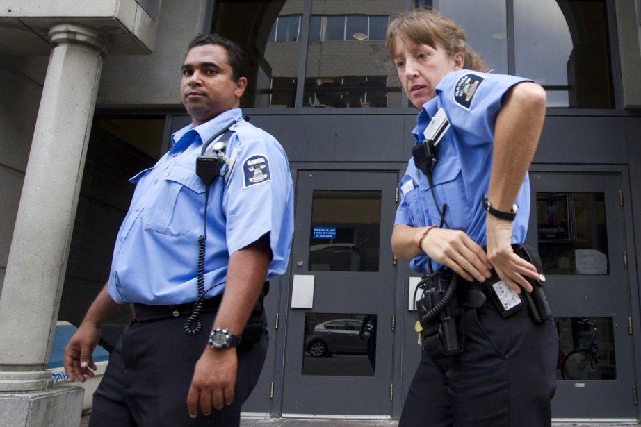 Des agents de l'agence Garda devant l'UQAM mardi... (Photo Robert Skinner, La Presse)
