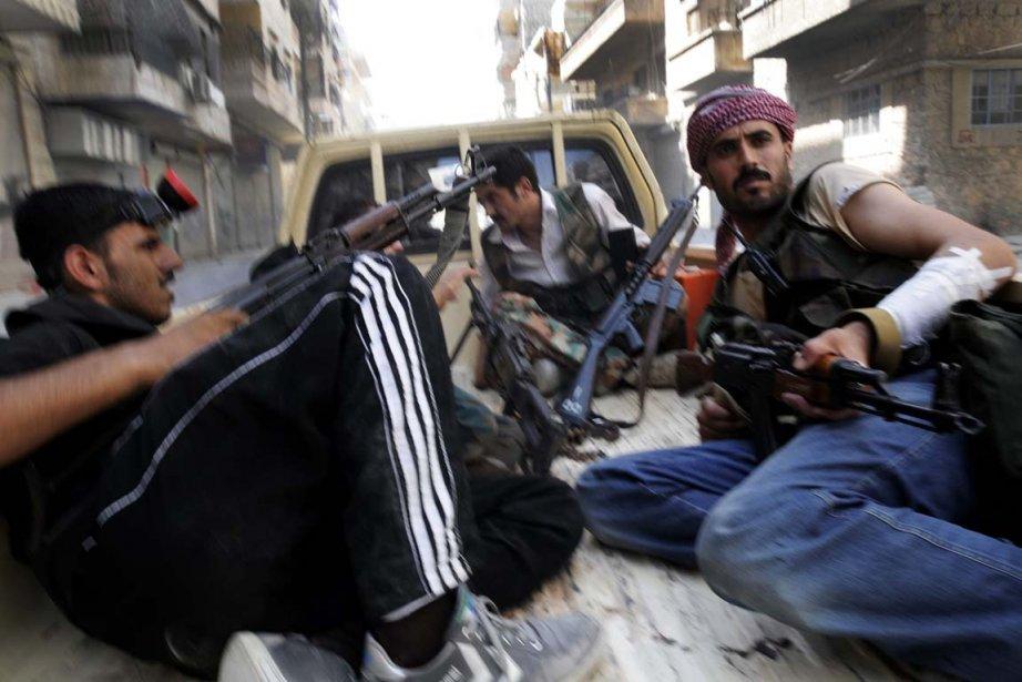 Des rebelles syriens luttent pour le contrôle d'Alep.... (PHOTO ALBERTO PRIETO, ASSOCIATED PRESS)