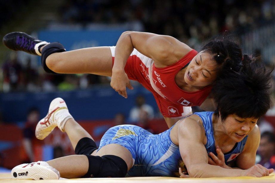 Carol Huynh, en rouge, a dominé à ses deux premiers combats, mais s'est inclinée en demi-finale face à la Japonaise Hitomi Obara. | 8 août 2012
