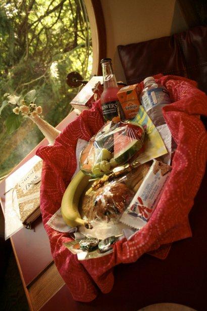 Chaque sphère est équipée d'un coin-cuisine, où l'on trouvera de quoi se faire du thé ou du café. À l'arrivée, les visiteurs reçoivent aussi un grand panier de fruits, de jus, de chocolats et de viennoiseries. | 8 août 2012