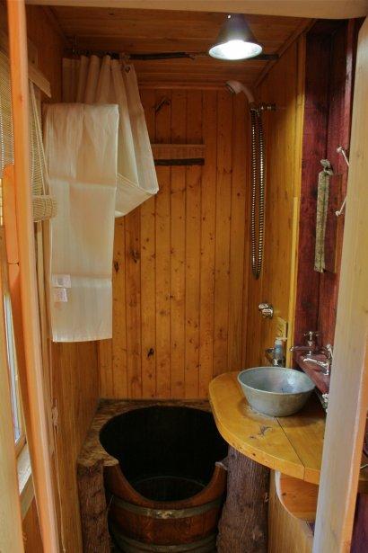 On prend une douche (d'eau de ruisseau chauffée) dans le fond d'un tonneau. | 8 août 2012