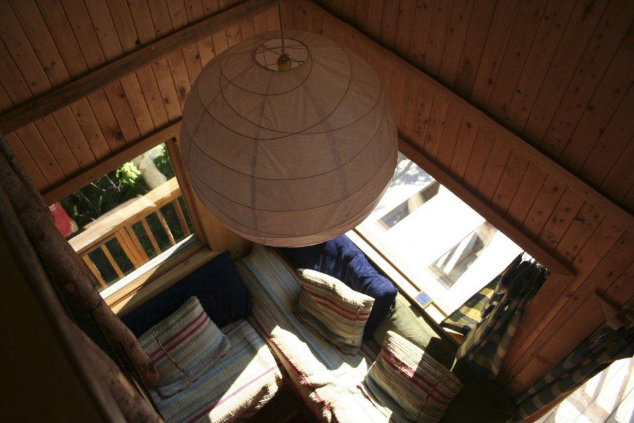 Les couleurs vives de jolis tapis marocains rivalisent avec le bleu du Saguenay, qu'on voit au loin. | 8 août 2012