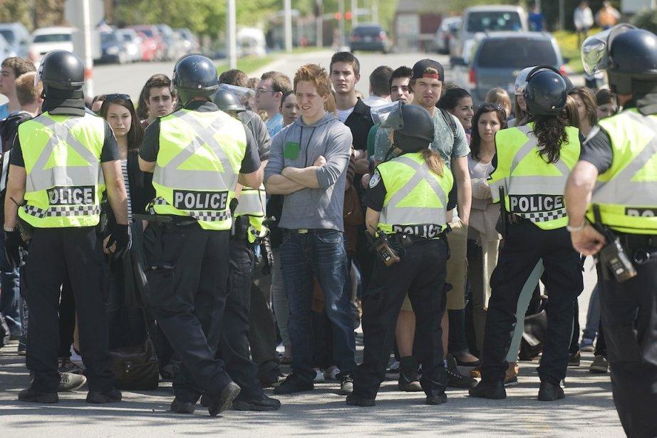 Des policiers ont dû contenir un groupe d'élèves... (PHOTO GRAHAM HUGHES, ARCHIVES LA PRESSE CANADIENNE)