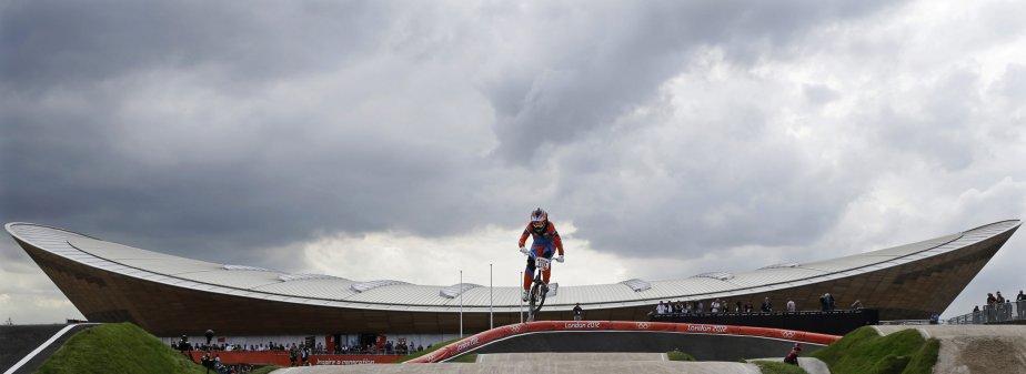 La Néerlandaise Laura Smulders participe aux épreuves de BMX.... | 2012-08-08 00:00:00.000