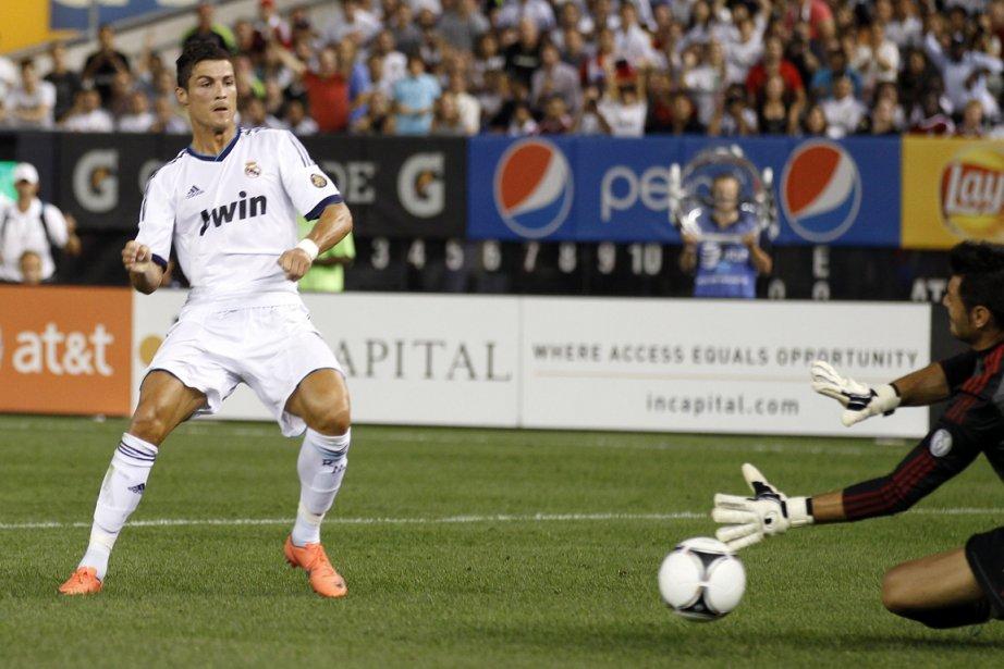 Cristiano Ronaldo déjoue le gardien de l'AC Milan... (Photo : Adam Hunger, Reuters)