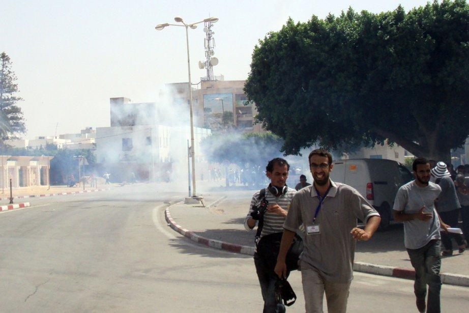 La police tunisienne a dispersé... (PHOTO MOKHTAR KAHOULI, AGENCE FRANCE-PRESSE)
