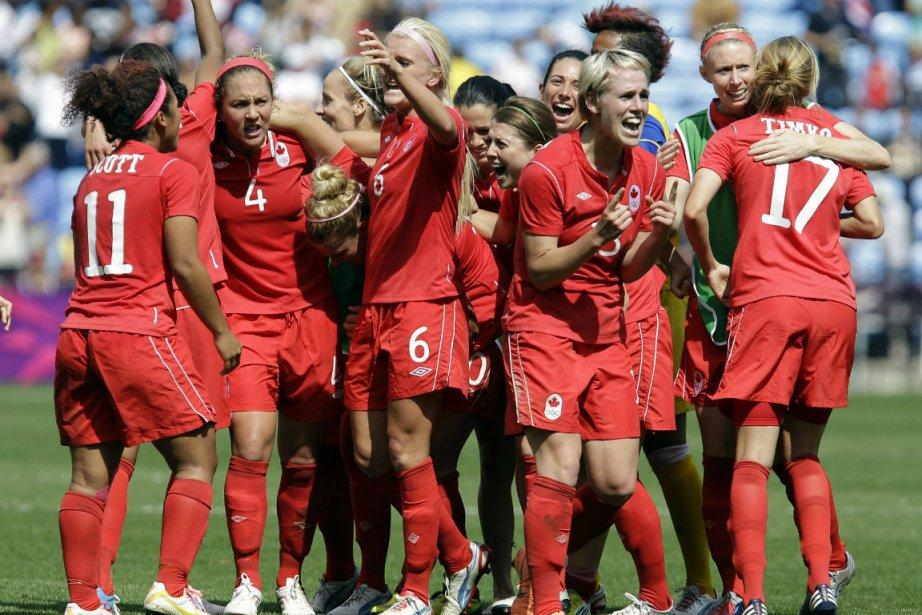 Les joueuses canadiennes célèbrent après avoir remporté une... (Photo: AP)