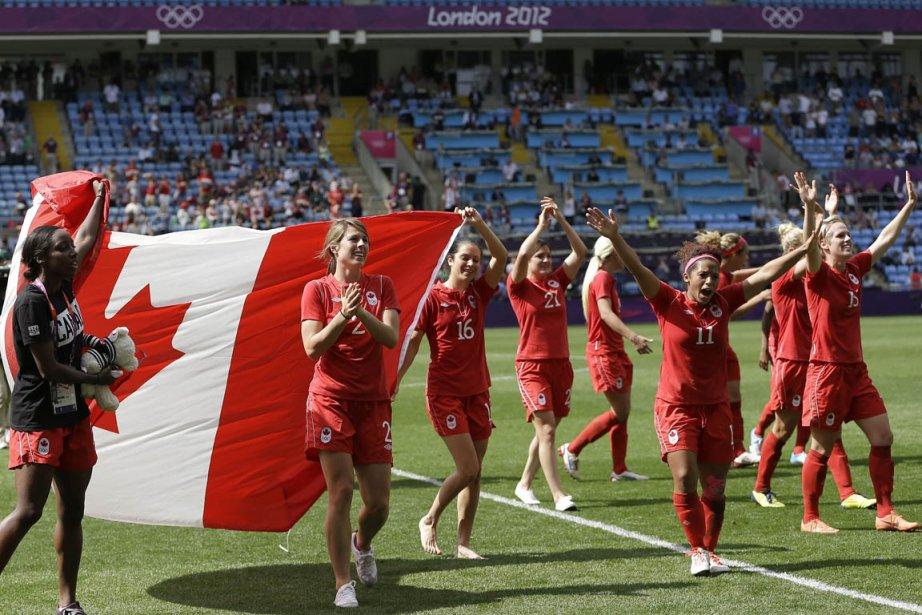 Les joueuses canadiennes célèbrent après avoir remporté une victoire in... | 2012-08-09 00:00:00.000