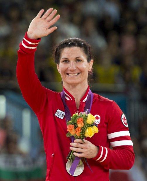 La lutteuse canadienne Tonya Verbeek salue la foule après avoir remporté la médaille d'argent chez les moins de 55 kg. | 9 août 2012