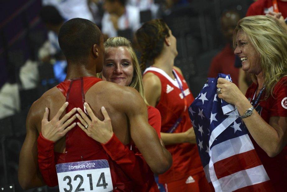 L'Américain Ashton Eaton (à gauche) célèbre avec sa copine, l'athlète canadienne Brianne Theisen, et sa mère Roselyn après avoir remporté l'or au décathlon. | 9 août 2012