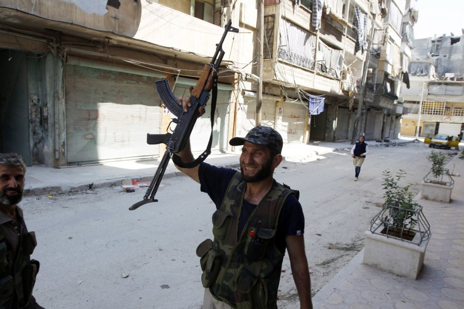 Un soldat de l'Armée syrienne libre dans le... (PHOTO GORAN TOMASEVIC, REUTERS)