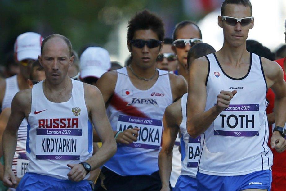 Sergey Kirdyapkin, à gauche, a devancé l'Australien Jared... (Photo Laszlo Balogh, Reuters)