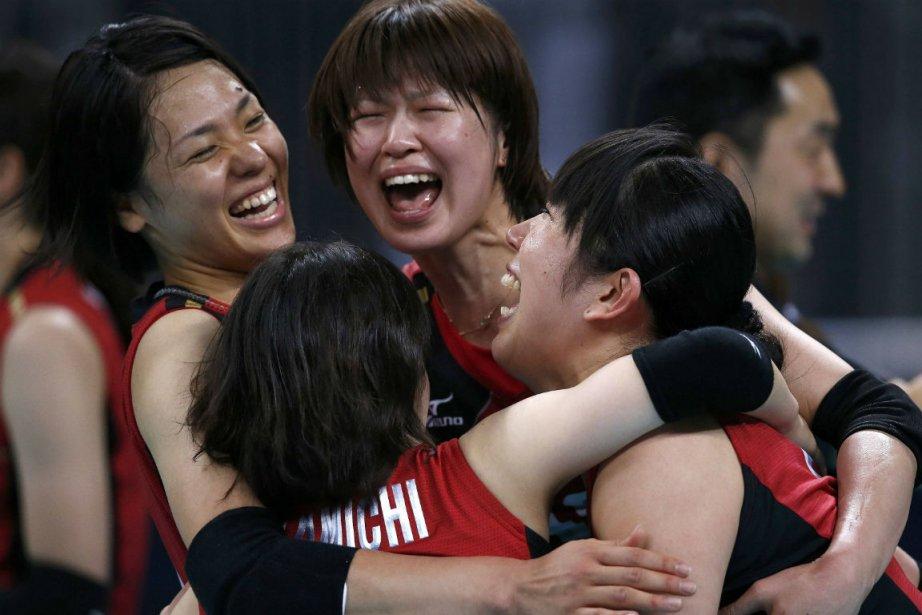 Les volleyeuses japonaises célèbrent leur médaille de bronze.... (Photo Ivan Alvarado, Reuters)