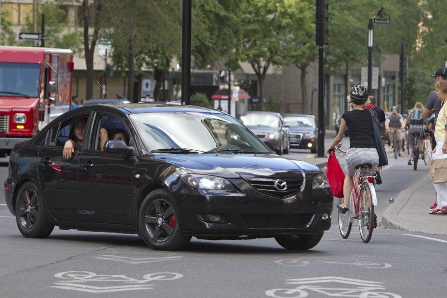 Une voiture et un vélo se frôle, boulevard... (Photo: Robert Skinner, La Presse)