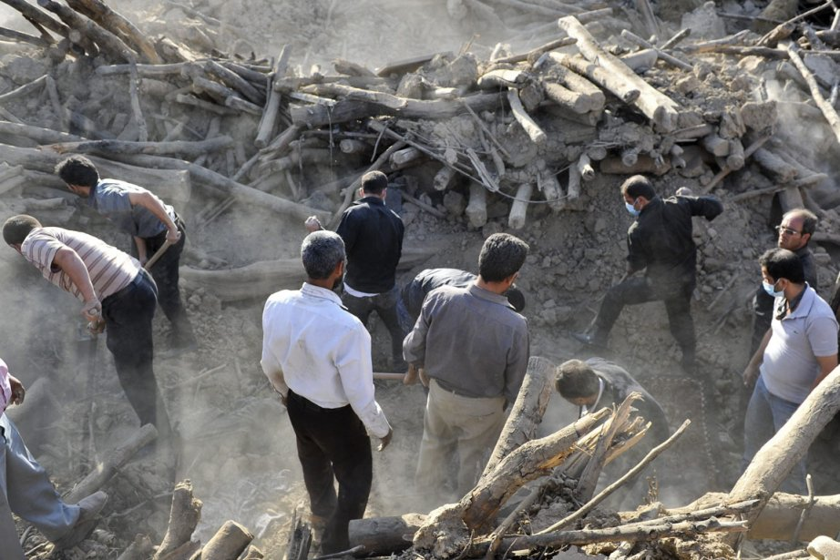 Des Iraniens fouillent les décombres en quête d'éventuels... (Photo AP)