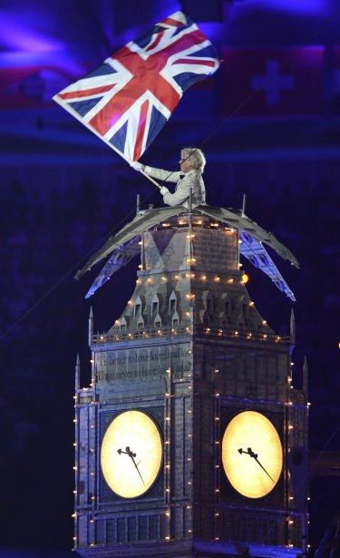 Un des artisans de la cérémonie brandit le drapeau britannique. | 13 août 2012