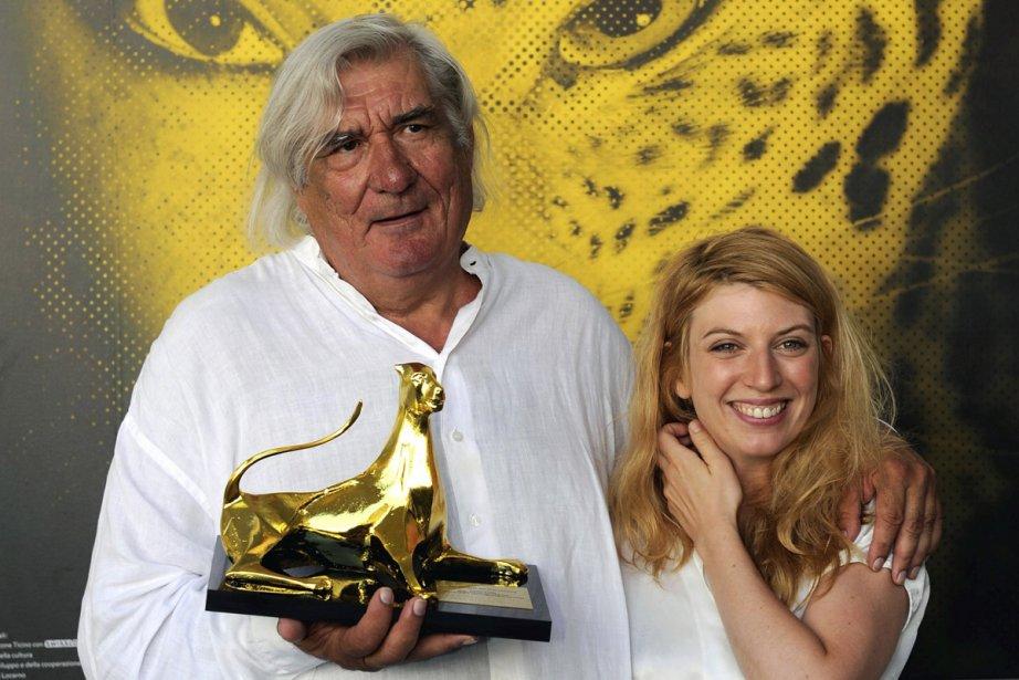 Le réalisateur Jean-Claude Brisseau pose en compagnie de... (Photo: Reuters)