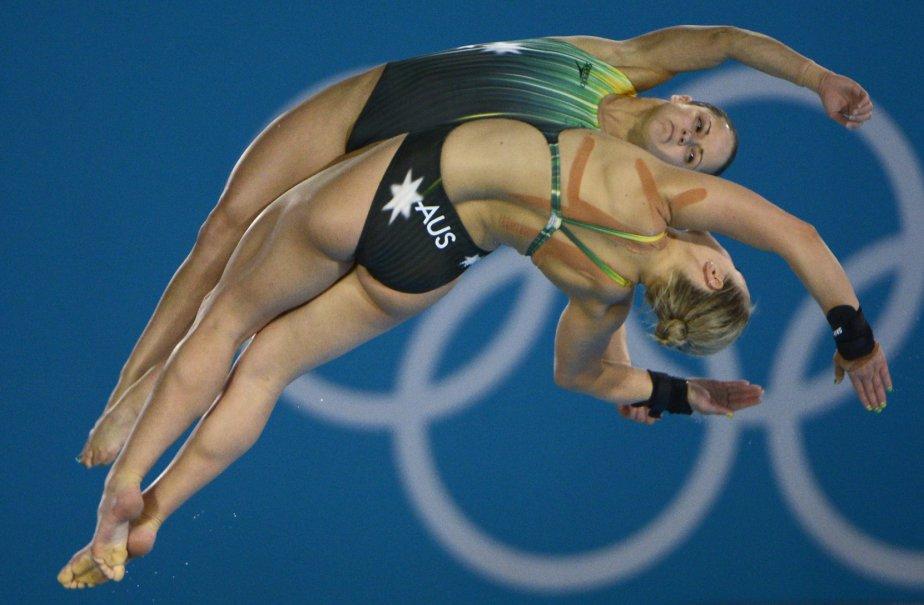 Les plongeuses australiennes Loudy Wiggins et Rachel Bugg s?élancent de la tour de 10 mètres. Le duo a été écarté du podium olympique par les Québécoises Roseline Filion et Meaghan Benfeito, médaillées de bronze. | 14 août 2012
