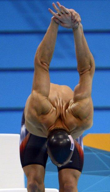 Le nageur américain Michael Phelps s?est assuré d?être bien réchauffé avant d?entreprendre le 400 m libre. | 14 août 2012