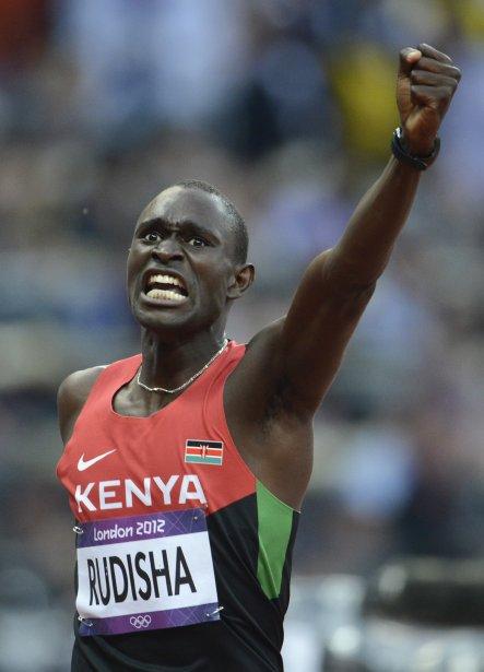 Le Kényan David Lekuta Rudisha a levé le poing en signe de victoire après avoir établi un record du monde au 800 m. | 14 août 2012