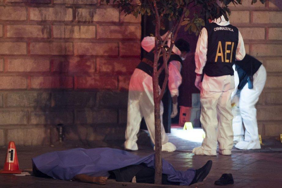 La police sur la scène du drame, cette... (Photo Julio Cesar Aguilar, AFP)
