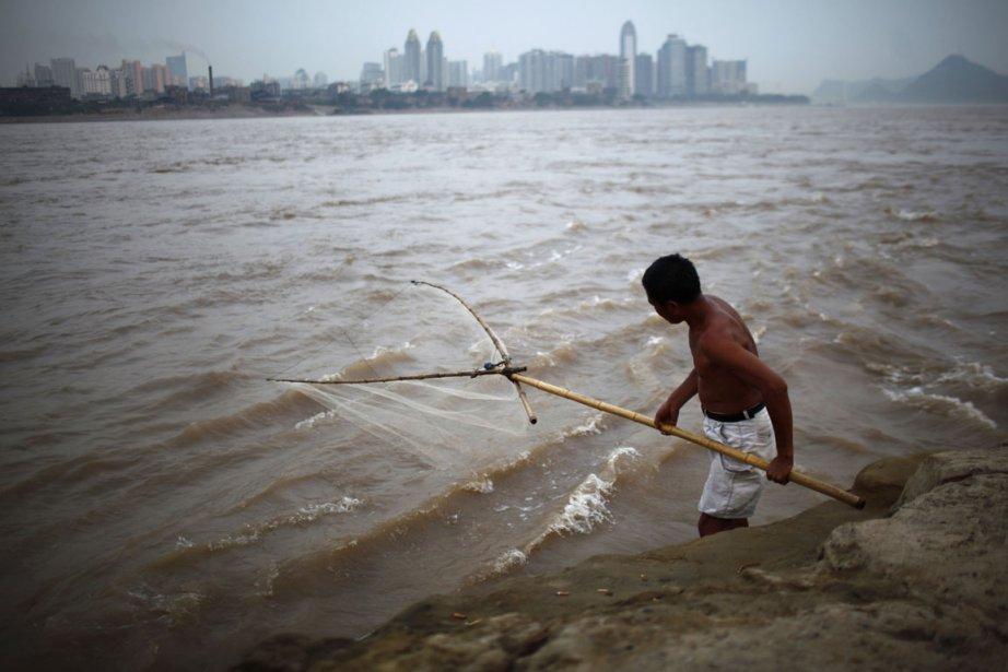 Un homme pêche dans le fleuve Yangtze, à... (Photo Carlos Barria, Reuters)