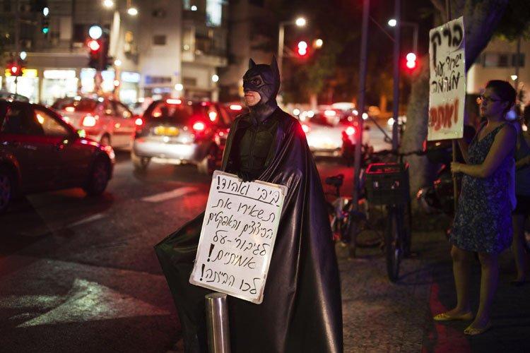 Un manifestant israélien déguisé dans le costume de... (Photo: Reuters)