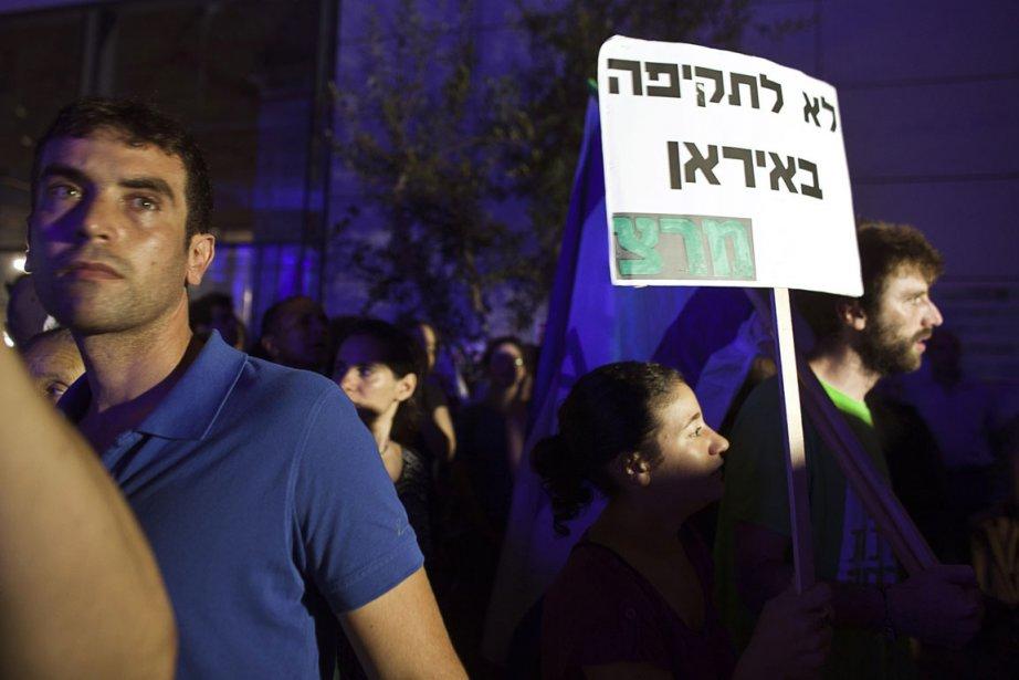 Des Israéliens lors d'une manifestation anti-guerre, dimanche dernier,... (Photo Nir Elias, Reuters)