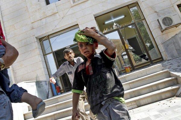 Un jeune garçon doit évacuer l'hôpital à cause... (Photo Khalil Hamra, AP)