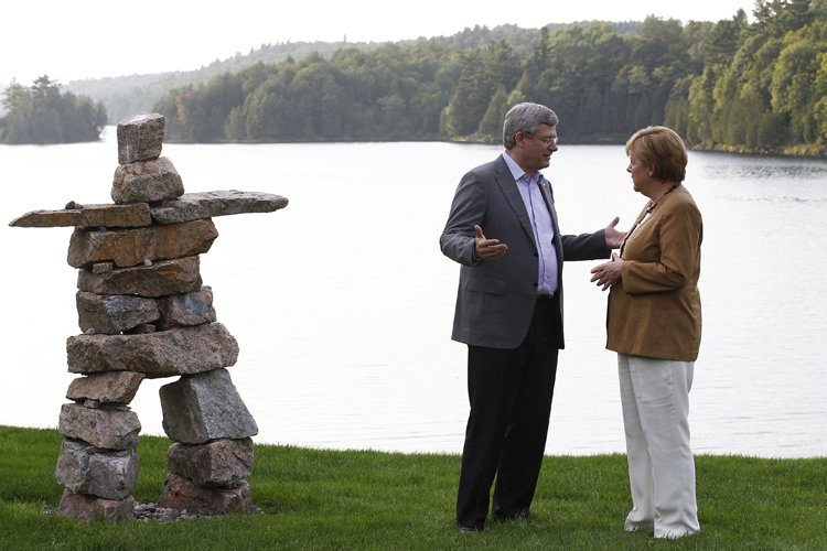 Stephen Harper et Angela Merkel se sont entretenus... (Photo: AFP)