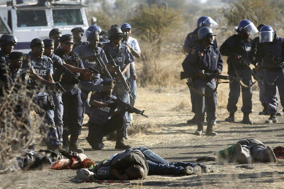 Des policiers autour des cadavres de plusieurs mineurs... (Photo Siphiwe Sibeko, Reuters)