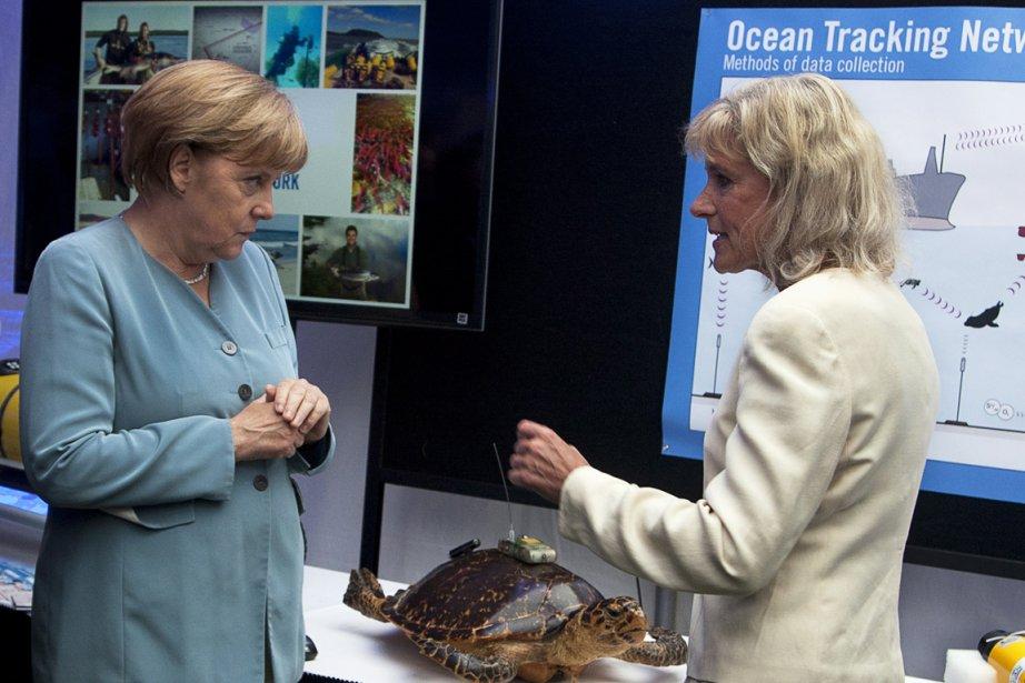 La chancelière allemande Angela Merkel discute avec la... (Photo La Presse Canadienne)