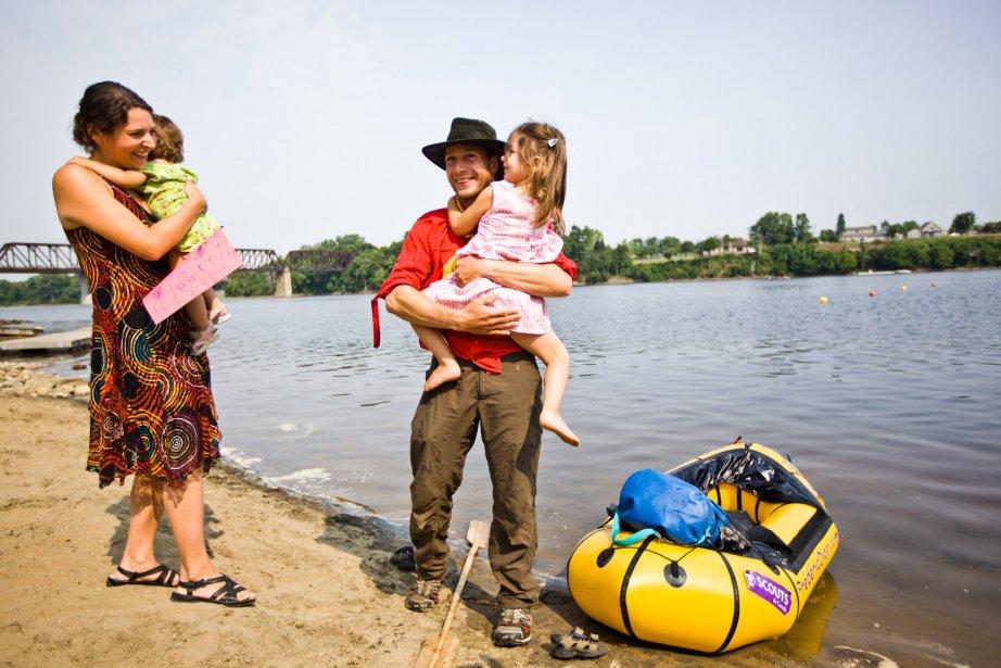 Frédéric Dion a été accueilli par sa conjointe Caroline Mailhot et leurs deux filles Adélie et Danaëlle, 11 jours après son départ pour son aventure de survie extrême. | 17 août 2012